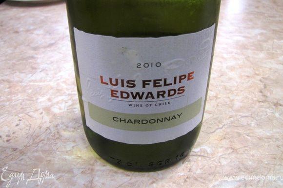 Хорошенько перемешайте и плесните полстакана сухого белого вина.