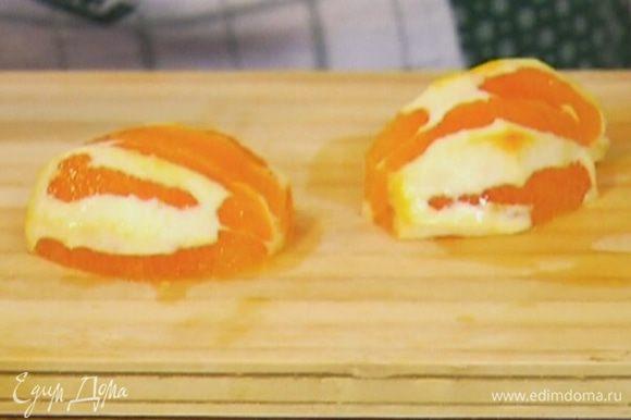Апельсин и киви очистить от кожуры.