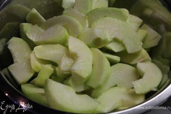 Нарезать на дольки и сбрызнуть лимонным соком.