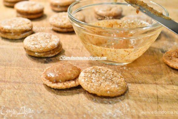 Готовым macarons дать остыть и каждую вторую половинку смазать той массой,которая была в холодильнике.