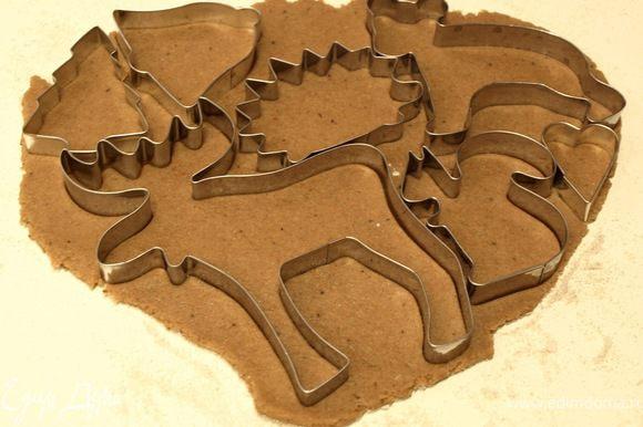 Раскатываем тесто толщиной ~0,5 см, вырезаем желаемые формочки.