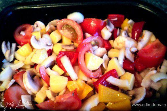 Овощи перемешать, посолить, поперчить, посыпать прованскими травками, выложить в смазанный сливочным маслом толстостенный сотейник ( или керамическую посуду).