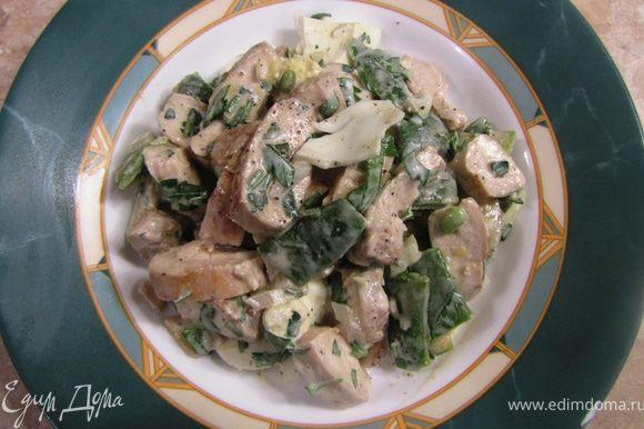 Досолите по вкусу салат и поперчите. Подавайте салат с помидорами Черри или другими, но обязательно вкусными.