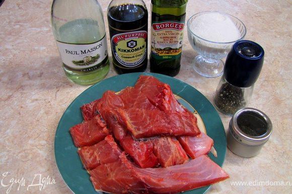 Итак - Сазан запеченный, маринованный в соевом соусе и белом вине На фотографии представлен запеченный сазан с Картофельным пюре со шпинатом с мелко порезанным зеленым луком, соусом, который остался от рыбы и лимонной долькой.