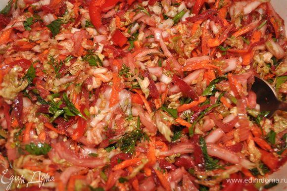 Подготовленные овощи сложить в чашку,залить горячим маслом с луком,перемешать,добавить нашинкованную зелень,соевый соус,рисовый уксус,жгучий перец,посолить по вкусу,ещё раз перемешать,дать постоять.