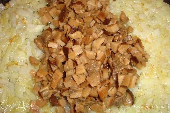 Разогреваем сковородку с маслом и отправляем туда лук. Как только он начнет золотиться, добавляем к нему грибы.