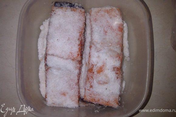 Рыбку промыть, обсушить бумажным полотенцем,удалить хребет. На дно посуды, в которой будете засаливать рыбу, насыпать слой соли примерно 1 см. Уложить на соль рыбу, засыпать солью сверху и по бокам.