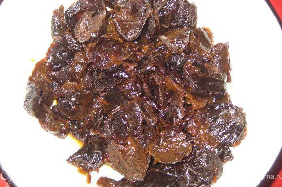 Чернослив разделить на половинки, промыть и залить бренди (коньяком) на 2 часа.