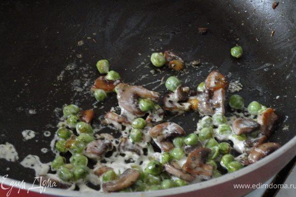 Пока макароны варятся, на сковороде разогреваем 1 ст.л оливкового масла и добавляем измельченный чеснок. Жарим до полу прозрачности,кладем грибы и горошек. Затем убавляем огонь, солим грибы и добавляем по щепотке орегано, базилика и майорана. Хорошо премешиваем и даем грибам немножко подрумяниться. После вливаем 2 ст.л сливок и томим минуты 3. Забираем с плиты и отставляем в сторону.