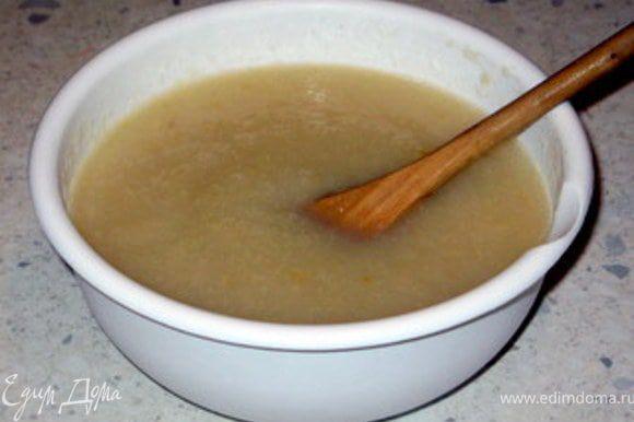 Груши очистить от шкурки, нарезать на небольшие кусочки и отварить в воде с 20 гр сливочного масла, пока они не разварятся. Перемолоть груши в блендере и превратить в пюре.Замочить листовой желатин в холодной воде на 10 минут. Затем отжать его и дать растять на слабом огне. Ввести желатин в грушевое пюре, перемешать и поставить в холильник, пока пюре не начнёт густеть.