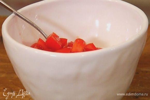 Соединить помидоры с творогом.