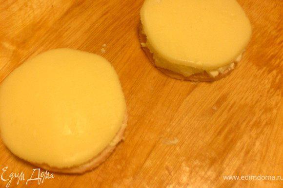 из сыра моцарелла вырезать кружки и положить их на смазанные сыром кружки