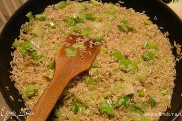 Добавляем рис и обжариваем пару минут, чтобы он пропитался маслом.