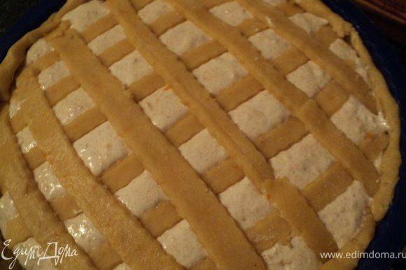 Сверху выложить начинку и сеточку из полосок теста. Выпекать при температуре 180 градусов 40 мин.