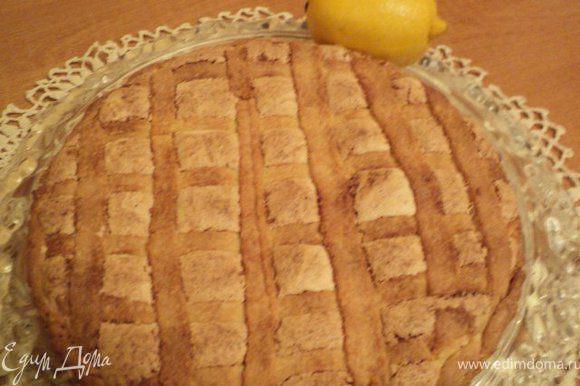 Готовый пирог остудить в форме, затем выложить на блюдо.