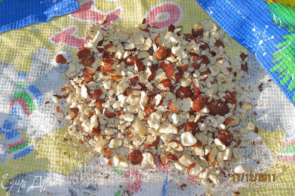 Орехи положить в полотенце и поколотить их молоточком.