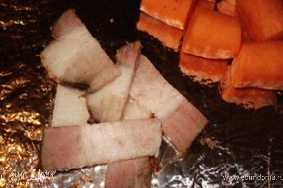 Фольгу смазать растительным маслом и положить кусочки свинины. Рядом морковь, крупно порезанную.