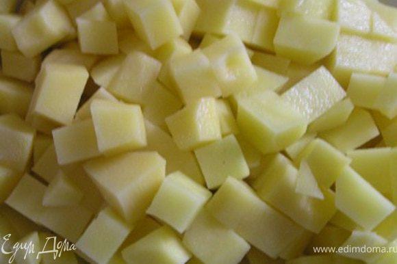 Картофель очистить, нарезать кубиками, добавить в кипящий грибной настой.