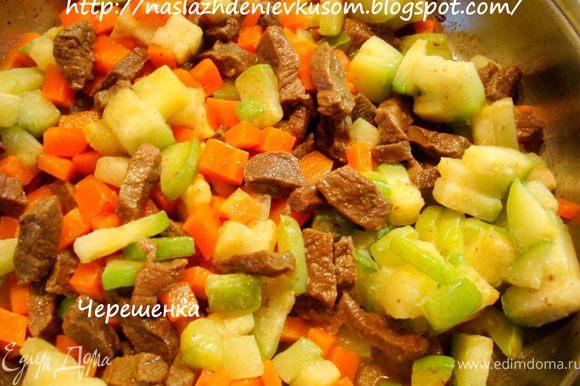 Одну среднюю картофелину потереть на мелкой терке и вместе с кабачком, предварительно порезанного кубиками такого же размера, что и морковь, добавить на сковороду к мясу… Тушить 10 минут… Тертый картофель полностью разварится и придаст супу дополнительную густоту и насыщенность…