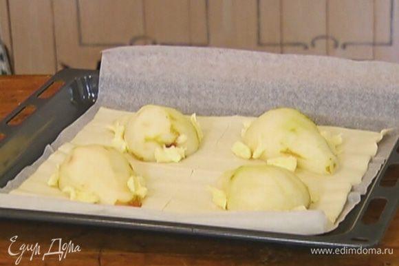 Сливочное масло нарезать небольшими кусочками и разложить около груш.