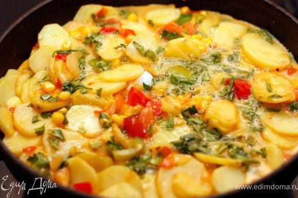 Когда картошка станет мягкой, влейте яйца в сковороду. Далее поставить в горячуу духовку (200 градусов) на пару минут или обжарить на плите на слабом огне.