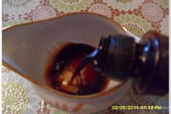 Готовим соус В соусницу (у меня только для сливок была посуда) наливаем соевый соус