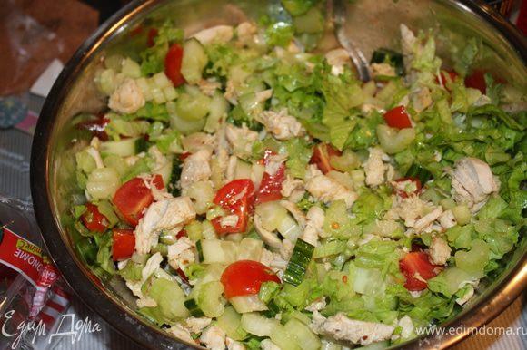 Режем филе курицы и смешиваем с уже порезанными овощами и майнезом.....Посыпаем всё это сухариками...соль по вкусу)