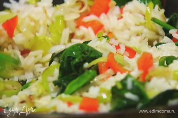 Выложить к овощам готовый рис, влить немного оливкового масла, перемешать.