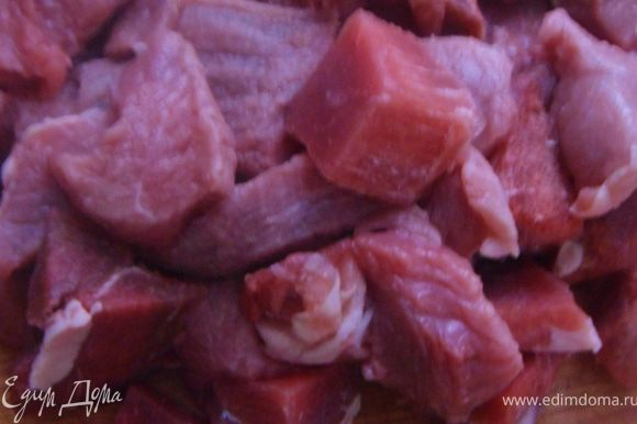 Нарезать мясо кубиками толщиной 3 см.