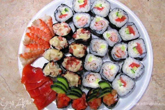 Итак имеем на каждую порцию: Гункамимаки - 3 шт с различными вариантами начинки Маки (ролы) - 4 шт по две с различными вариантами начинки. Примерно по три креветки и три кусочка рыбы в качестве Сашими. Лично я выложил все суши на одно блюдо. Подавайте суши с соевым соусом (для каждого гостя в отдельной посуде), маринованным имбирем и вассаби. Очень хорошо с суши идет зеленый чай Моргентау (или Грюн Матине) - по крайней мере именно такие названия я слышал.