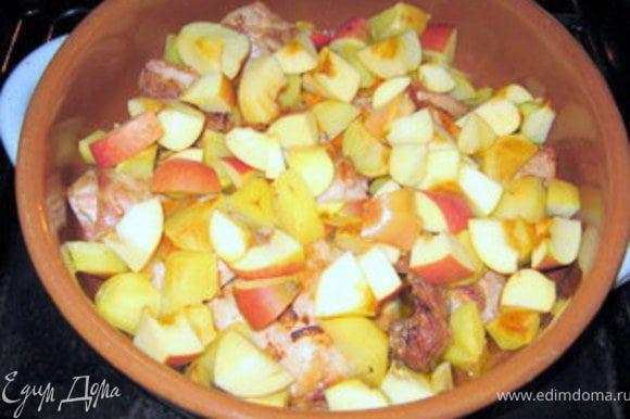 Через 40 минут добавить крупно порезанные яблоки. Запекать ещё минут 10.
