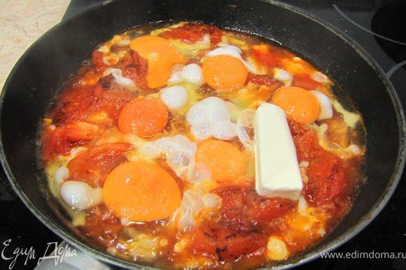 Разбейте яйца непосредственно в сковорду. Посолите яйца и СЛЕГКА перемешайте. Я люблю, когда чувствуется белок, а желток смешается с помидорным соком и превратится в соус. Положите сверху порезанное на кусочки сливочное масло (я не порезал, чтобы лучше было видно на фотографии).