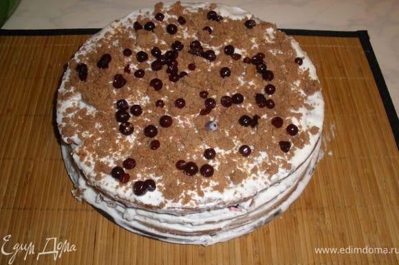 Вот что получилось...))) у меня осталось немного крошек от коржей ими я и украсила торт!!