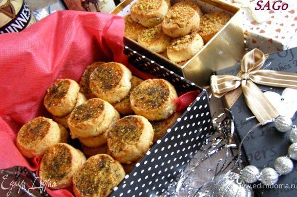 Печенье выпекать в прогретой до 220 гр. духовке 15 минут. Охладить и только потом перекладывать в подарочную коробку.