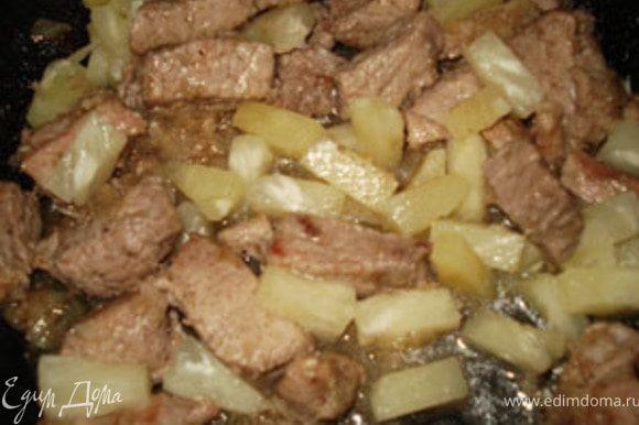 Добавить ананасы кусочками и сироп от них. Потушить все минут 10.