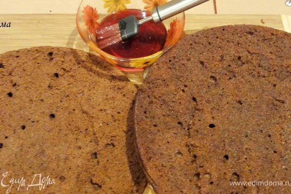 Вот теперь можно собирать торт. Разрежьте коржи. Темный корж пропитайте вишневой наливкой...