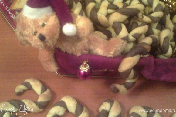 Теперь главное-найти красивую коробочку!У меня осталась от подаренного печенья(я их оставляю на такие случаи,а ещё в них удобно хранить разные пакетики со специями)