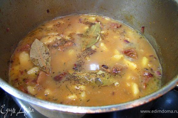 В конце блюдо посолите и добавьте обжаренный лук и три лавровых листа. Перемешайте (также встряхивая кастрюлю, чтобы картофель не сильно разломался) и оставьте в духовке еще на пять минут. Через пять минут достаньте кастрюлю, поперчите и положите мелко порезанную петрушку. Перемешайте и дайте постоять блюду 20 минут.