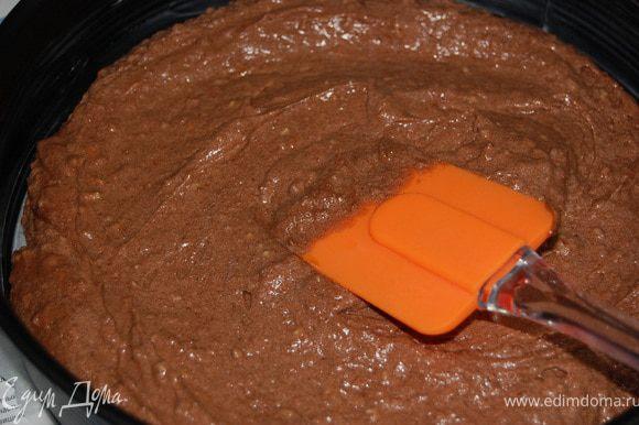 Добавить молотый миндаль, перемешать. Тесто может получится немного густоватым, тогда добавить пару ложек сливок (молока). А потом соединить со взбитыми белками, быстро, но аккуратно перемешать, выложить в форму(d=26см), предварительно выстлав дно пергаментом.