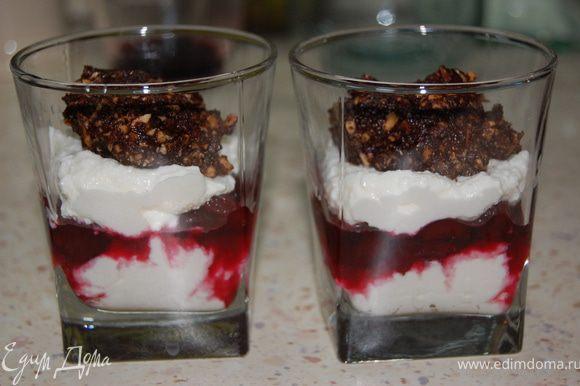 Сверху снова творог. Из шоколадно-ореховой массы сформировать конфетки, уложить сверху на десерт...
