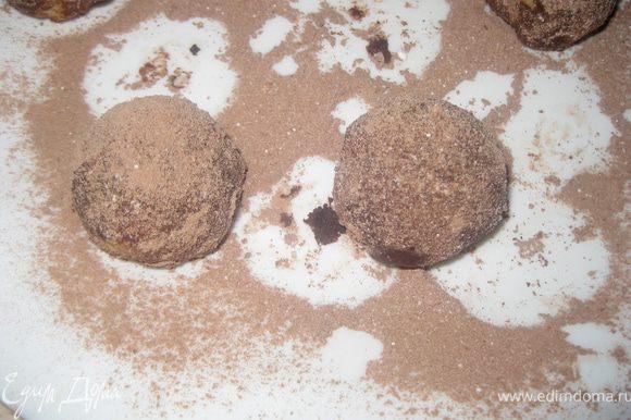 Тем временем пол стакана сахарной пудры смешиваем с половиной пачки ванильного сахара. Другую половину стакана смешиваем с какао и другой половиной пачки ванильного сахара. Вынимаем печенье из духовки, еще горячим! обкачиваем половину в пудре, вторую половину - в смесе пудры и какао, получаются у нас трюфели 2 цветов. Когда полностью остынут - присыпаем еще пудрой и смесью пудры с какао.