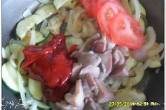 Добавить грибы (у меня не было шампиньонов, брала маслята, предварительно их проварила), помидор, томатную пасту.