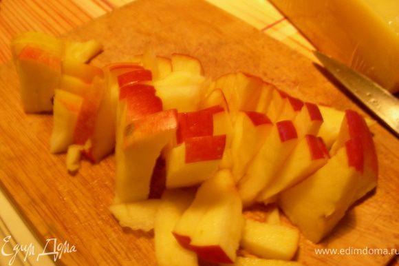 У фасоли сливаем сок, промываем ее и откидываем на дуршлаг. Я еще ее просушила минут 5 на сухой сковороде. Яблоко нарезаем брусочками.