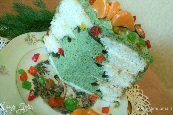 На следующий день разрезаете торт и удивляете близких и гостей. Приятного аппетита!