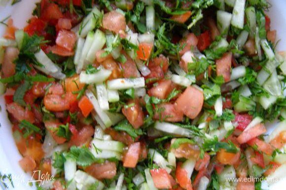 Для сальсы помидоры и огурец, очищенный от кожицы, нарезаем очень мелко. Мелко рубим зелень.