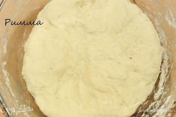 Всыпьте муку, замесите тесто. В конце замеса влейте растопленное сливочное масло. Накройте тесто и поставьте в теплое место на 1,5 часа. Пока тесто расстаивается, сделайте обминку.