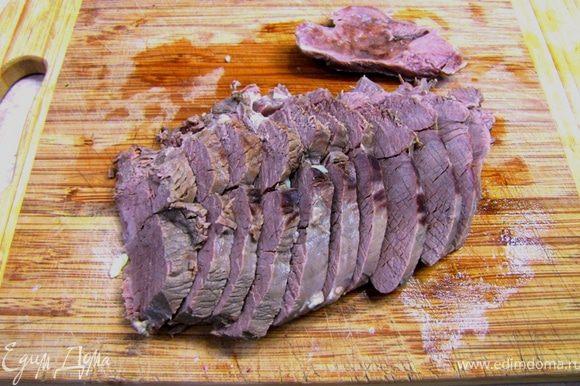 Нарезаем мясо толщиной в пол сантиметра.