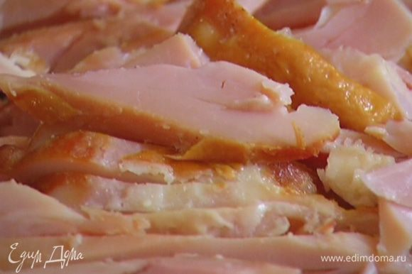 Куриные грудки нарезать тонкими полосками.