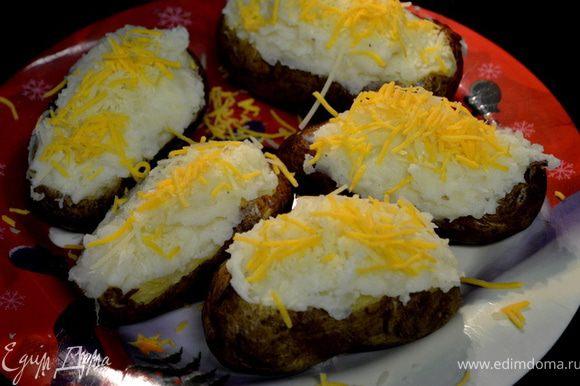 Выложить все обратно в картофельные скорлупки.Сверху посыпать оставшимся сыром.