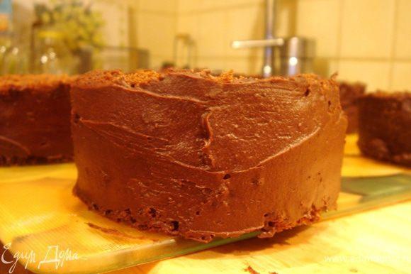 Бисквиты разрезать пополам,пропитать кофе и прослоить кремом.Смазать кремом верх и края пирожного.